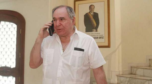 Abdala Bucaram Ortz En El Telfono Tras Rueda De Prensa Guayaquil Foto Joffre