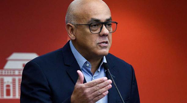 """El ministro de Comunicación de Venezuela, Jorge Rodríguez no descartó pedir """"indemnización"""" a los Gobiernos de Colombia, Ecuador y Perú por maltratar a los venezolanos que han ido a esos territorios. Foto: AFP"""