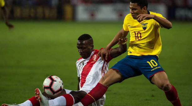Luis Advincula (en el piso) protege la pelota de 'Jeff' Montero.