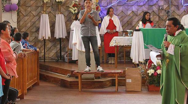 En la iglesia Santa Rita, en el sur de Quito, hasta las misas  son en señas. El párroco del lugar, Guido Bass, quiere incluir a todos, sin distinción. Foto: Eduardo Terán / ÚN