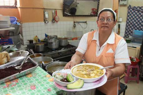 Amparito Romero con su famoso plato de yahuarlocro. Foto: ÚN